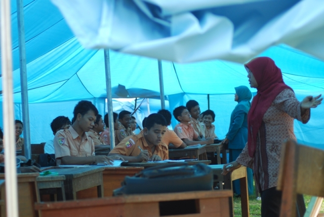 Tenda tempat belajar sementara - pic by Arif